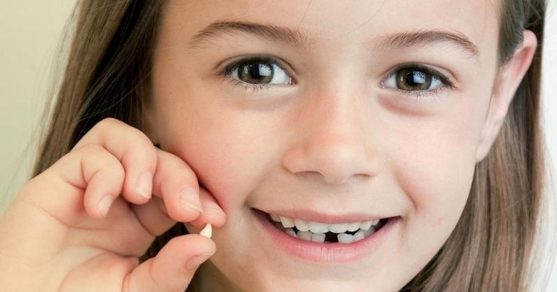 Куда надо деть выпавший молочный зуб согласно приметам