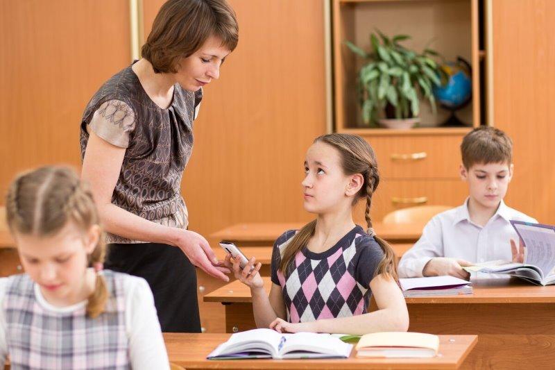 Имеет ли право учитель забирать телефон у ребенка