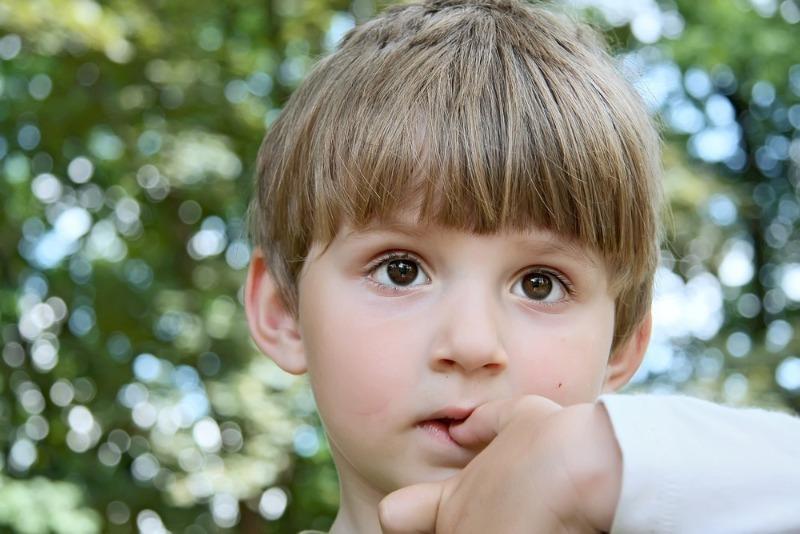 Почему ребенок грызет ногти: 7 частых причин