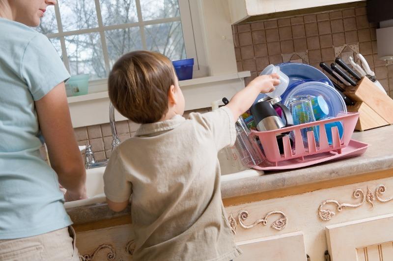 4 причины не давать ребенку деньги за помощь по дому