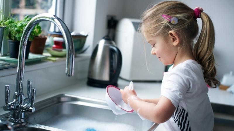 7 домашних дел, которые можно смело доверить ребенку в 4 года