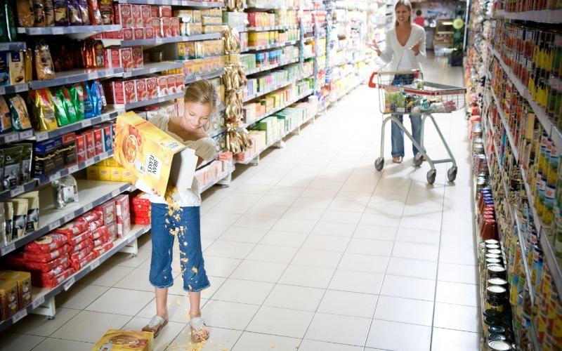 Ребенок в магазине: 4 случая, в которых придется платить за свою невнимательность