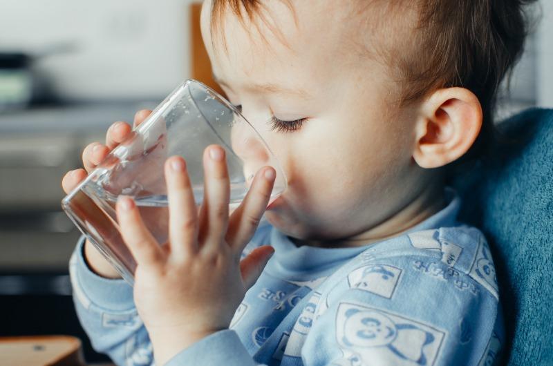 Может сам: 5 способов научить ребенка пить из кружки